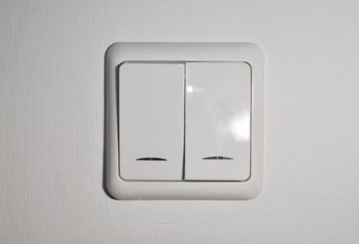 Внешний вид двухклавишного проходного выключателя с лицевой стороны