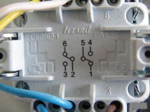 Шесть контактных групп на керамической подложке проходного выключателя «Lezard» с двумя клавишами