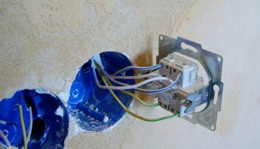 Пример установки проходного выключателя в подрозетник