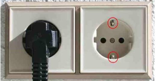 Современная розетка имеет третий провод – заземление.