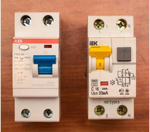 Электромеханическое УЗО (слева) и электронный диф автомат (справа).
